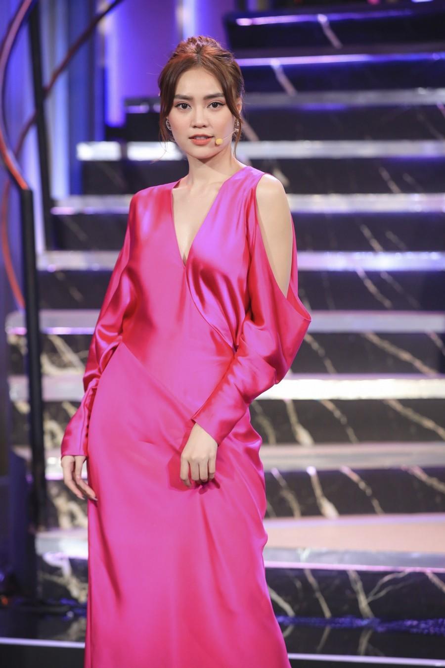 Cùng 1 bộ váy: Lạn Ngọc rất xinh nhưng có phần kém sexy so với Lương Thùy Linh, Hoàng Thùy vì khoản tạo dáng thông minh - Ảnh 1.