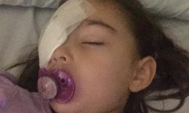 Đưa con đi khám vì bị bạn ném đá trúng mắt, bà mẹ hốt hoảng khi đột nhiên căn phòng đầy ắp bác sĩ và y tá vây quanh con - Ảnh 2.