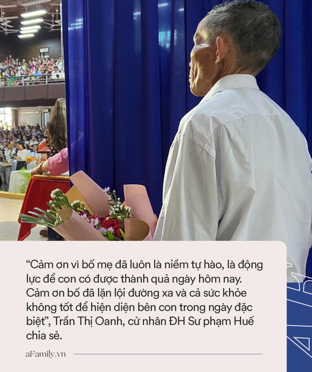 Xúc động câu chuyện về bức ảnh cha già khắc khổ ôm hoa đứng sau cánh gà trong ngày lễ tốt nghiệp của con gái - Ảnh 2.