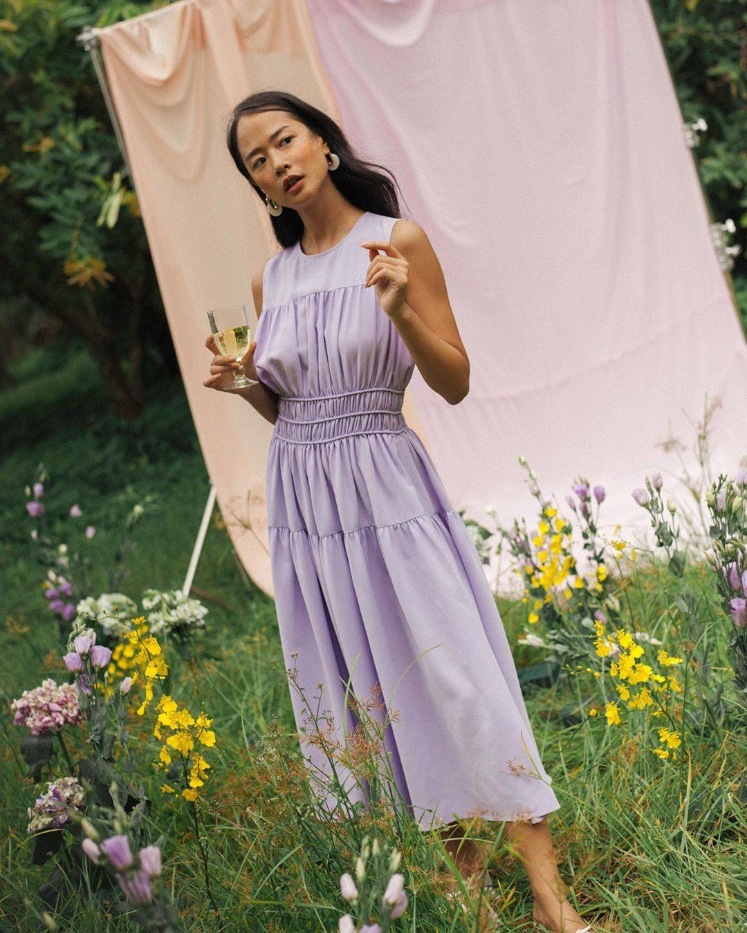 Hồng Diễm lên đồ đi du lịch với toàn món hot trend nhưng vẫn để lọt một bộ đầm tím sến súa làm tụt điểm phong cách - Ảnh 7.