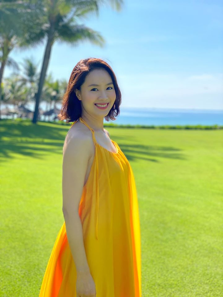 Hồng Diễm lên đồ đi du lịch với toàn món hot trend nhưng vẫn để lọt một bộ đầm tím sến súa làm tụt điểm phong cách - Ảnh 1.