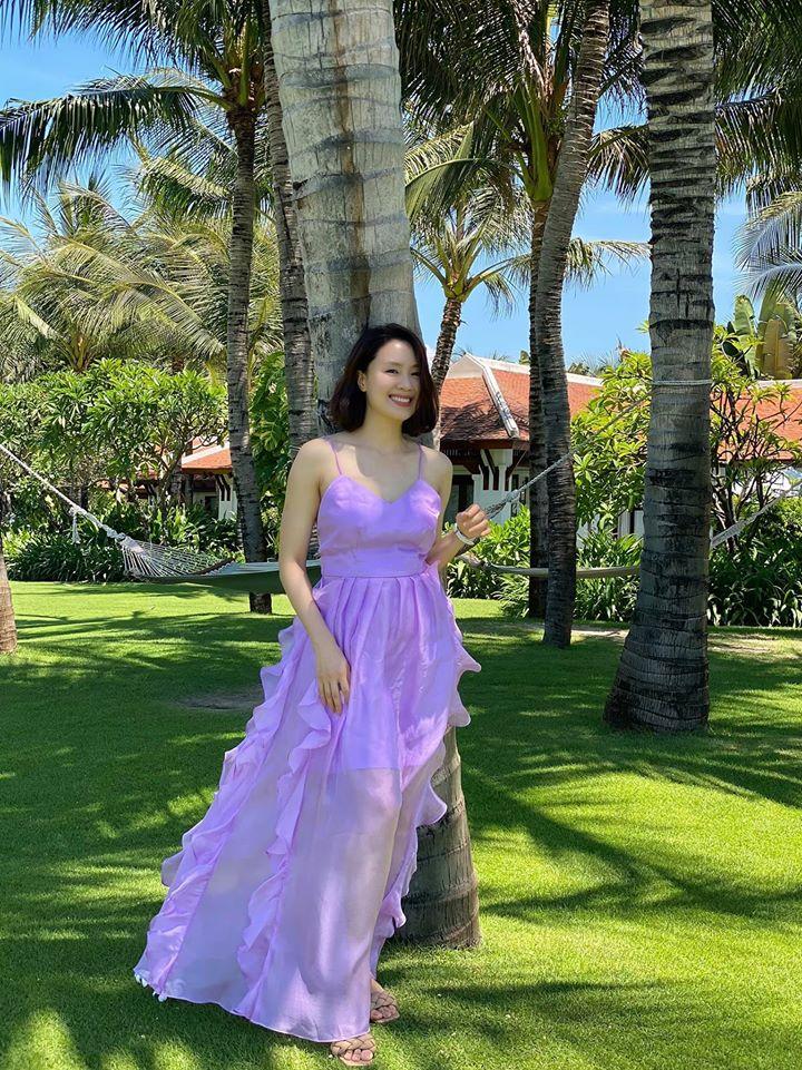 Hồng Diễm lên đồ đi du lịch với toàn món hot trend nhưng vẫn để lọt một bộ đầm tím sến súa làm tụt điểm phong cách - Ảnh 4.