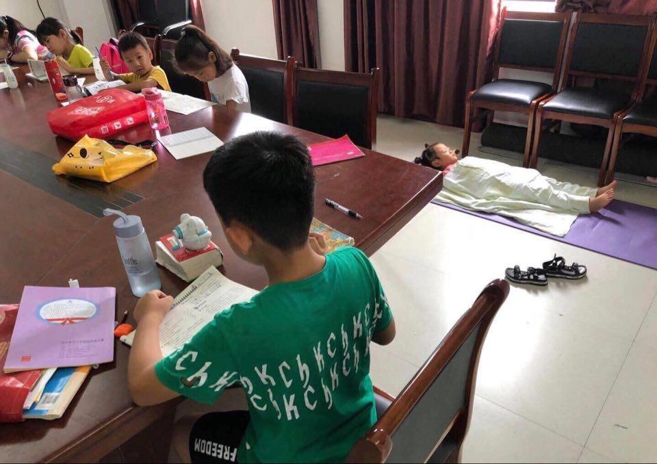 """Muốn """"tạo đột phá"""" trong lớp học thì phải làm gì: Nhìn vào cô bé ở góc phải bức ảnh, bạn sẽ có ngay đáp án cười chảy nước mắt - Ảnh 2."""