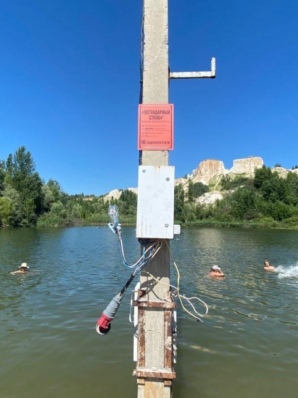 Bức ảnh người dân bơi lội dưới hồ hết sức bình thường nhưng khiến ai nhìn thấy cũng phẫn nộ ngay lập tức vì sự xuất hiện của thứ này - Ảnh 2.