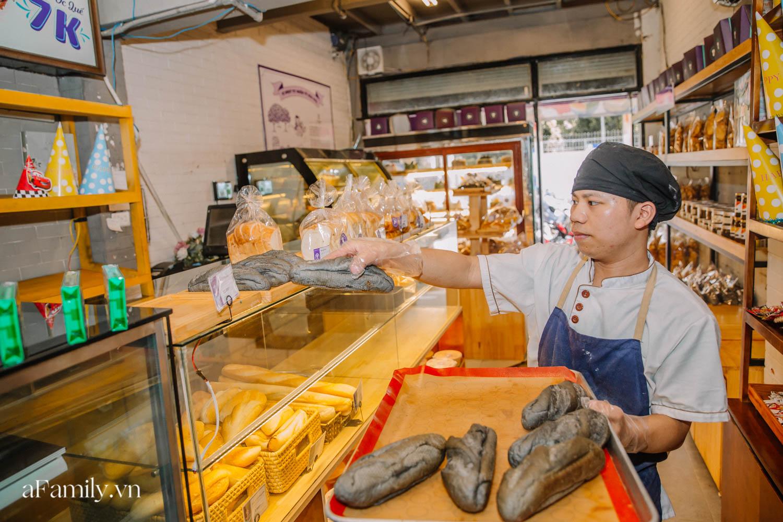 """Bánh mì đen đang """"gây bão"""" bất ngờ xuất hiện tại Hà Nội, hút khách đến độ mới mẻ đầu tiên đã hết bay trong vài giờ mở bán - Ảnh 8."""
