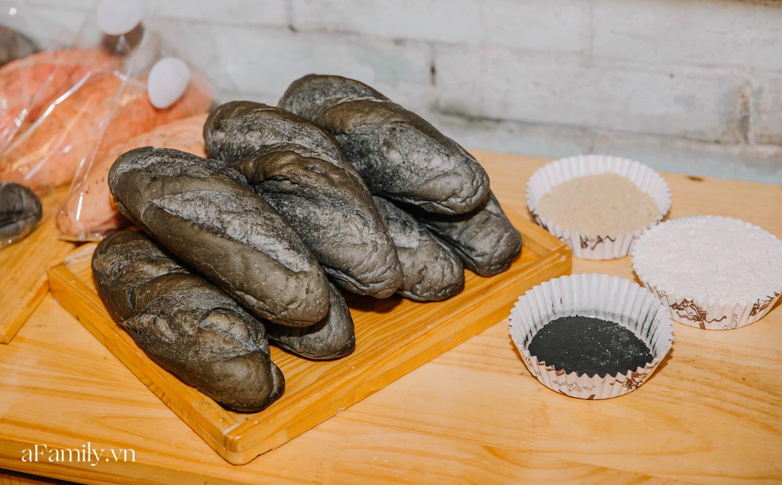 """Bánh mì đen đang """"gây bão"""" bất ngờ xuất hiện tại Hà Nội, hút khách đến độ mới mẻ đầu tiên đã hết bay trong vài giờ mở bán - Ảnh 1."""