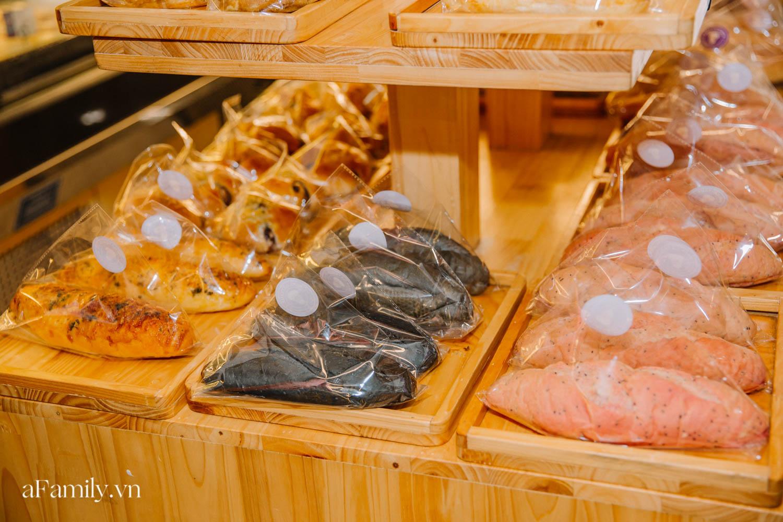 """Bánh mì đen đang """"gây bão"""" bất ngờ xuất hiện tại Hà Nội, hút khách đến độ mới mẻ đầu tiên đã hết bay trong vài giờ mở bán - Ảnh 11."""