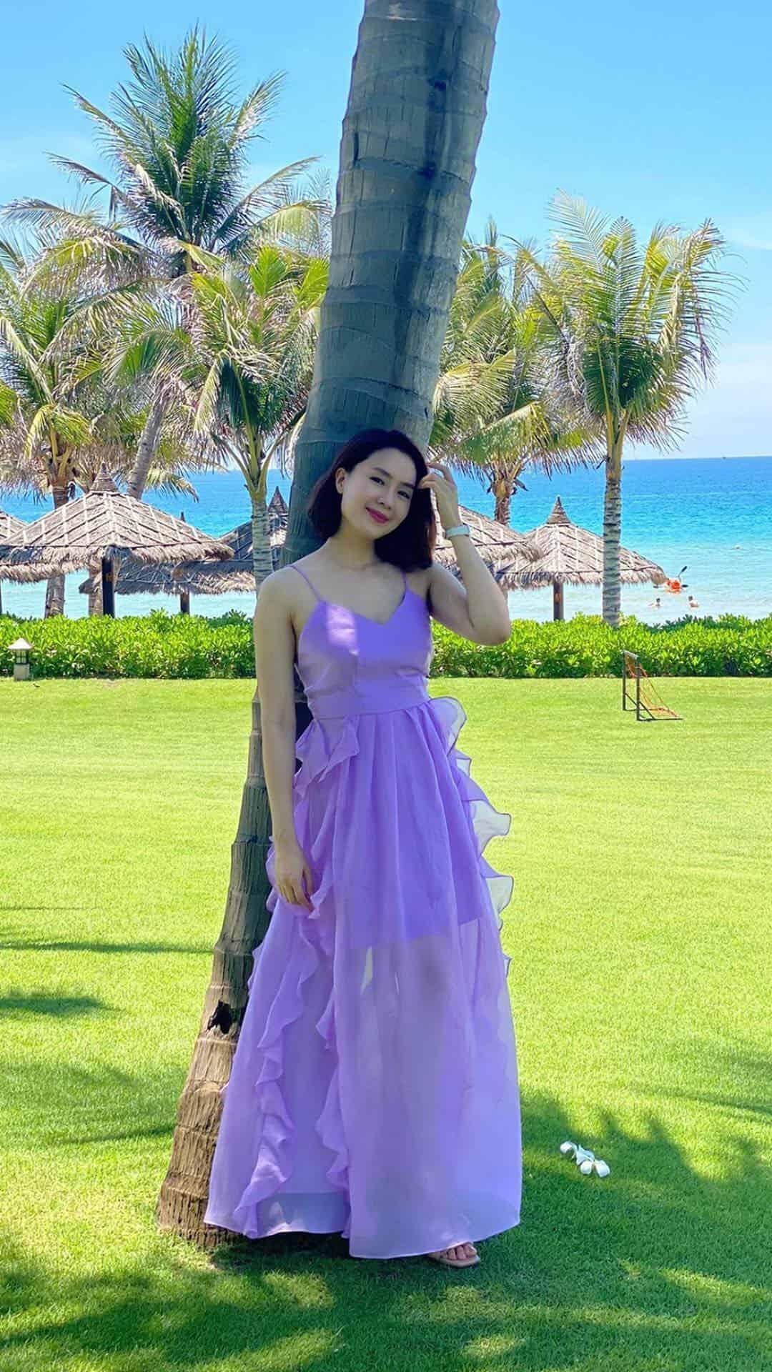 Hồng Diễm lên đồ đi du lịch với toàn món hot trend nhưng vẫn để lọt một bộ đầm tím sến súa làm tụt điểm phong cách - Ảnh 3.