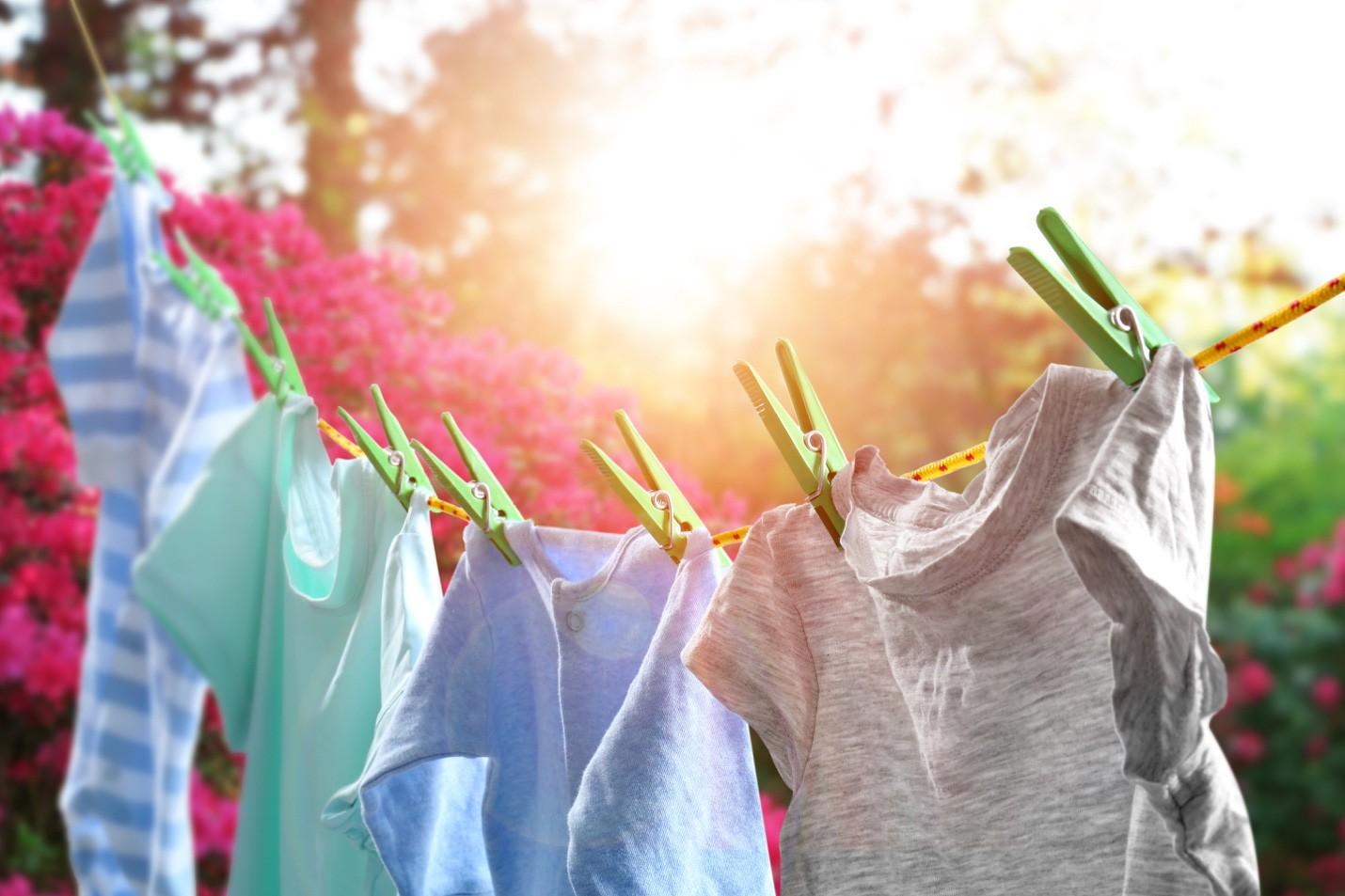 Mẹo giữ cho quần áo vẫn thơm tho, khô nhanh trong mùa mưa - Ảnh 2.