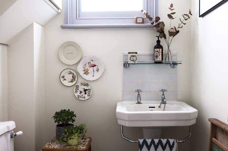 Mẹo bảo trì nhanh gọn chỉ trong 1 phút giúp ngăn chặn vi khuẩn và mùi hôi khó chịu trong phòng tắm - Ảnh 1.