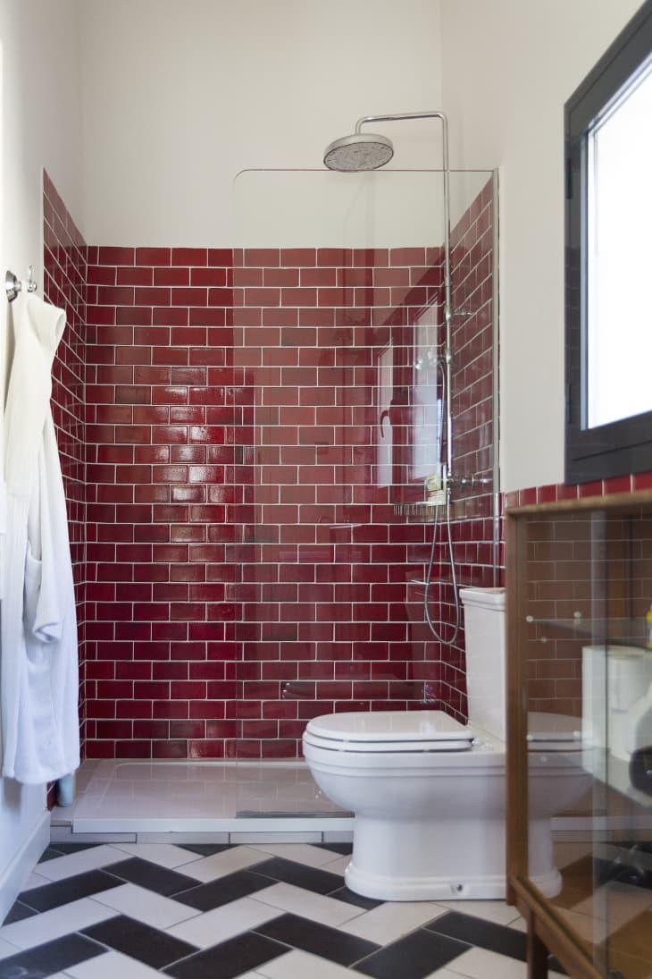 Mẹo bảo trì nhanh gọn chỉ trong 1 phút giúp ngăn chặn vi khuẩn và mùi hôi khó chịu trong phòng tắm - Ảnh 2.