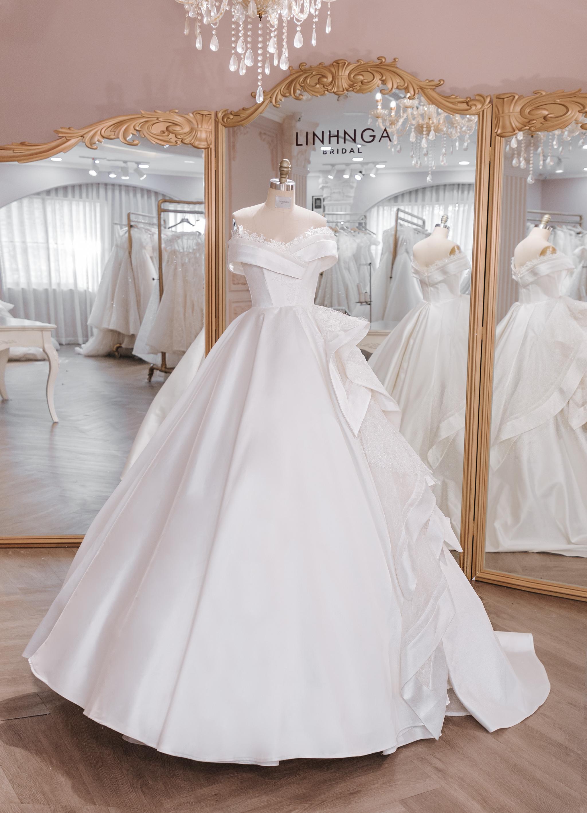 Trước giờ G, ngắm nhìn 1 trong 3 chiếc váy cưới của Á hậu Thúy Vân: Lộng lẫy chuẩn váy cưới của mọi cô gái. - Ảnh 2.