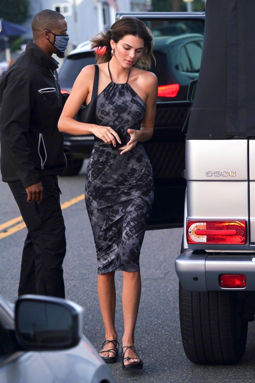 Ngất lịm với thánh body Kendall Jenner: Diện mỗi váy yếm mà sexy phát hờn, ảnh chụp vội xịn như lên tạp chí - Ảnh 3.