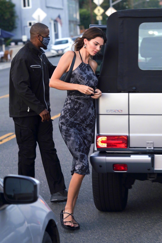 Ngất lịm với thánh body Kendall Jenner: Diện mỗi váy yếm mà sexy phát hờn, ảnh chụp vội xịn như lên tạp chí - Ảnh 2.