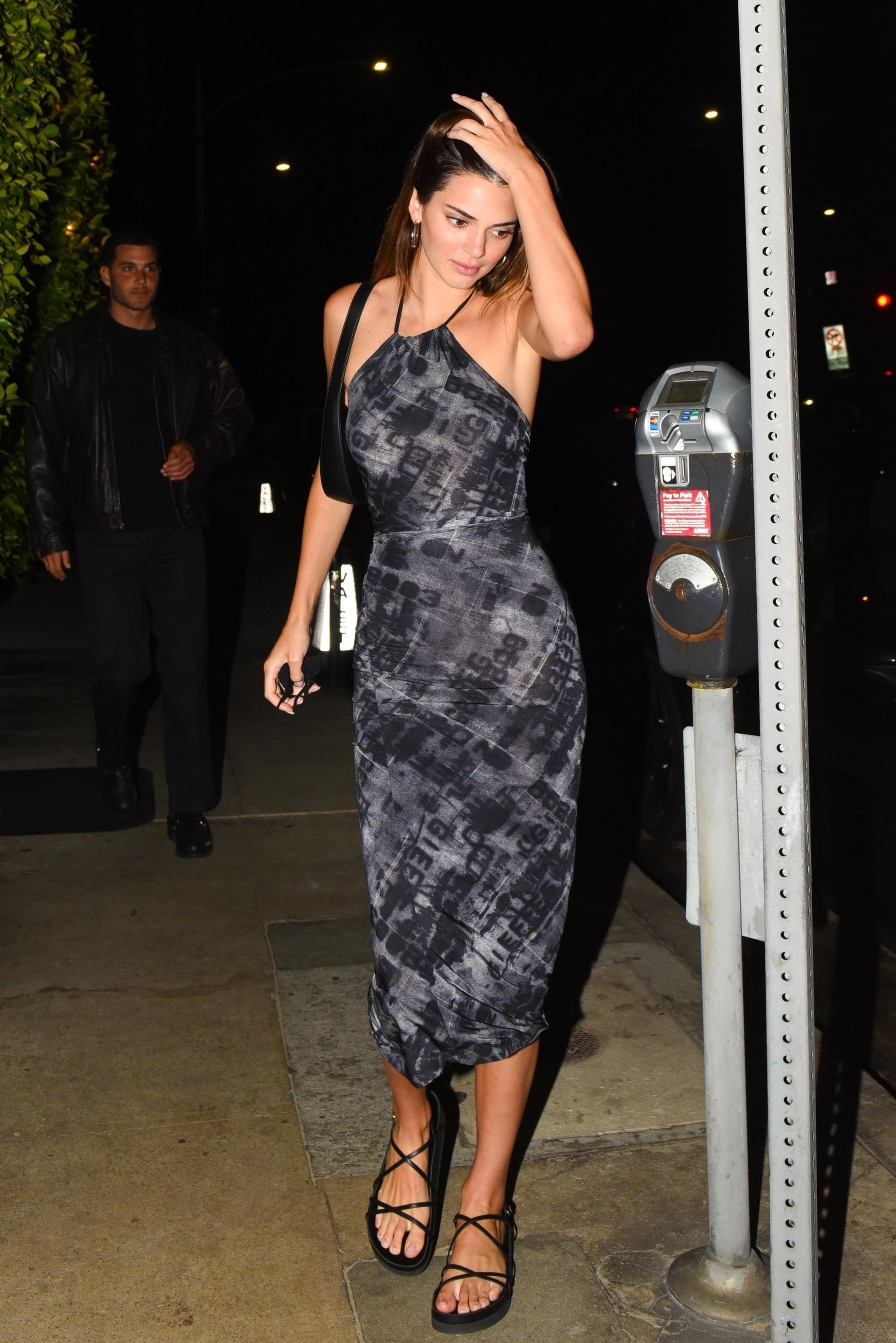 Ngất lịm với thánh body Kendall Jenner: Diện mỗi váy yếm mà sexy phát hờn, ảnh chụp vội xịn như lên tạp chí - Ảnh 1.