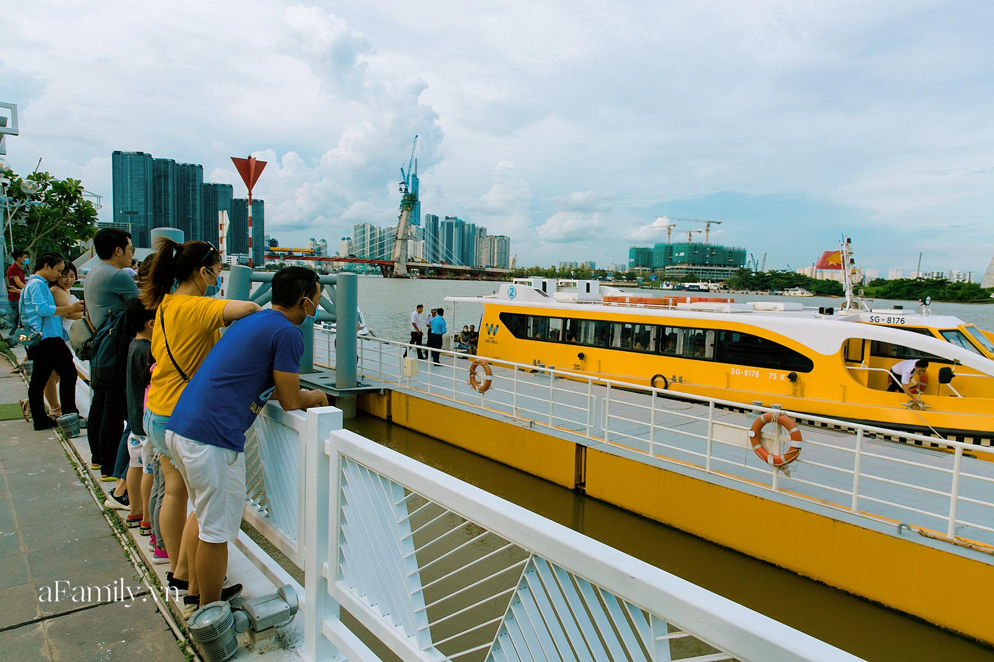 """Bất ngờ về """"3 cái khủng"""" của bus tàu thủy tại bến Bạch Đằng, sau 3 năm khánh thành vẫn luôn có hàng trăm người chờ mỗi ngày để thấy được cảnh tượng có 1-0-2 này! - Ảnh 7."""