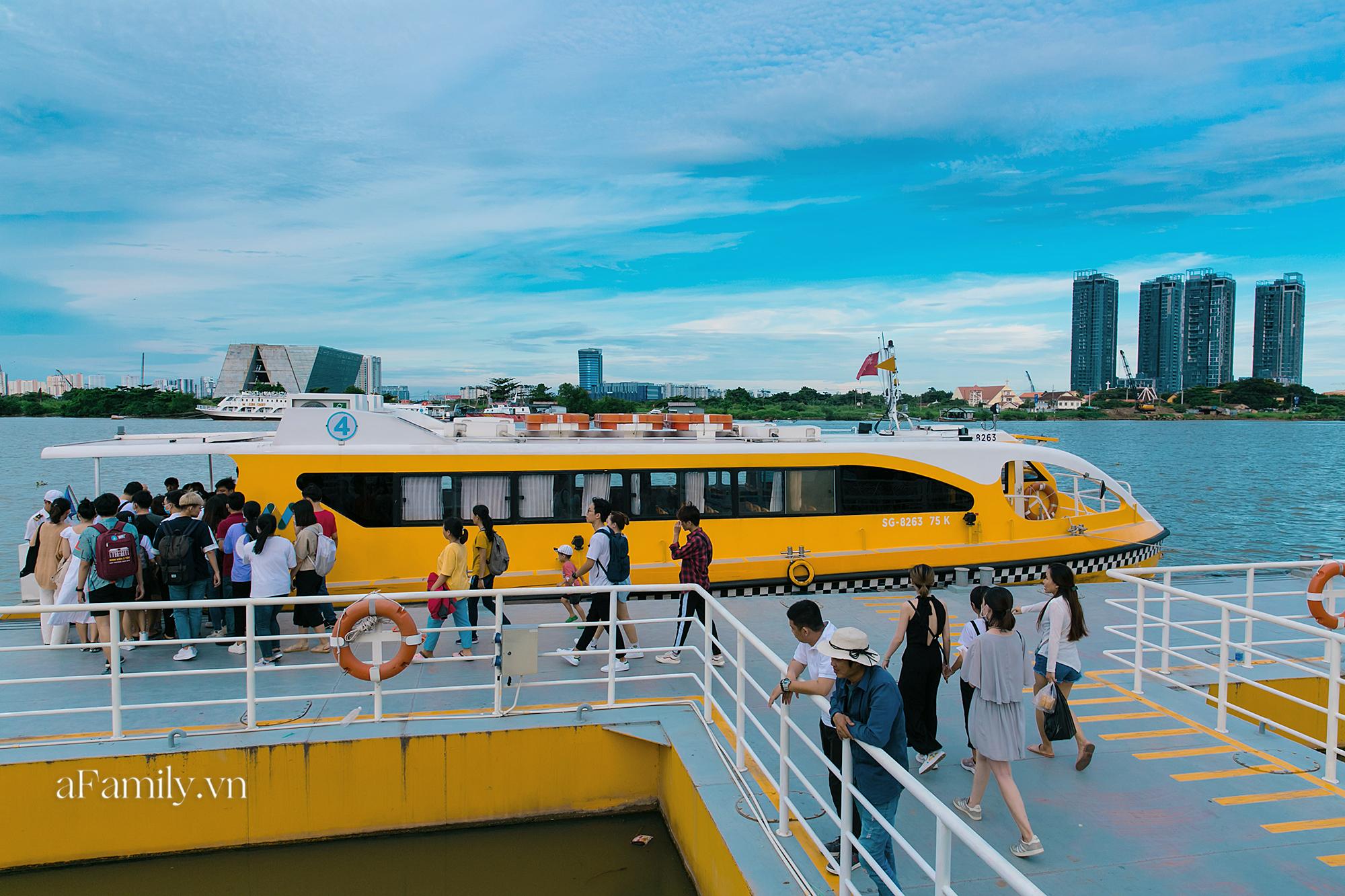 """Bất ngờ về """"3 cái khủng"""" của bus tàu thủy tại bến Bạch Đằng, sau 3 năm khánh thành vẫn luôn có hàng trăm người chờ mỗi ngày để thấy được cảnh tượng có 1-0-2 này! - Ảnh 8."""