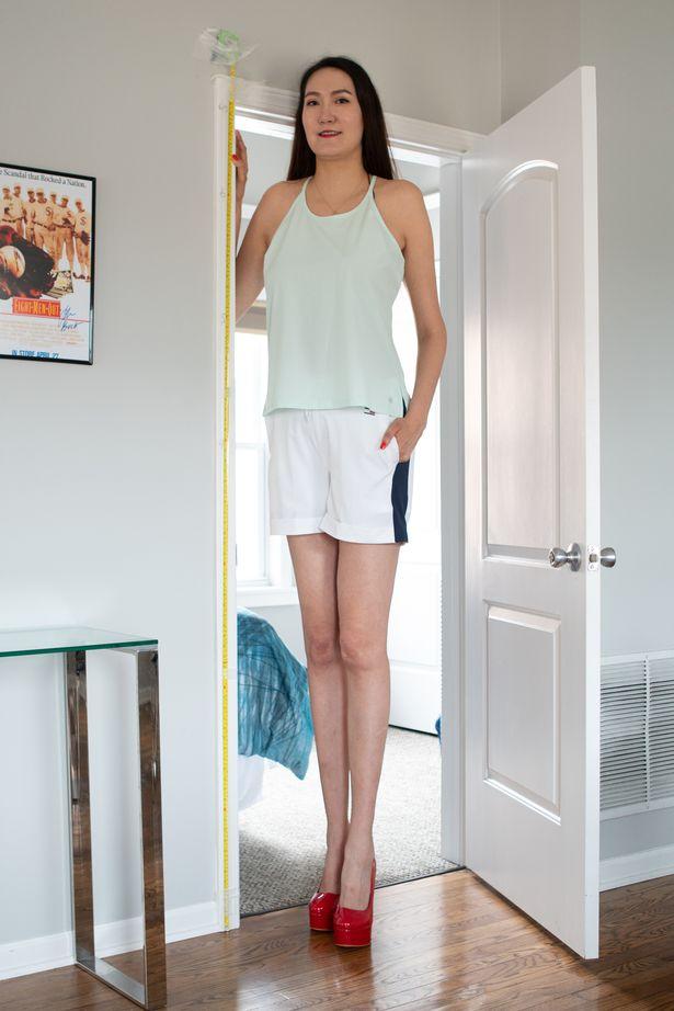 Cô gái có đôi chân dài nhất thế giới: Lùng sục khắp nơi mới mua được quần áo, vẫn thích đi giày cao gót để khoe chân dài miên man - Ảnh 3.