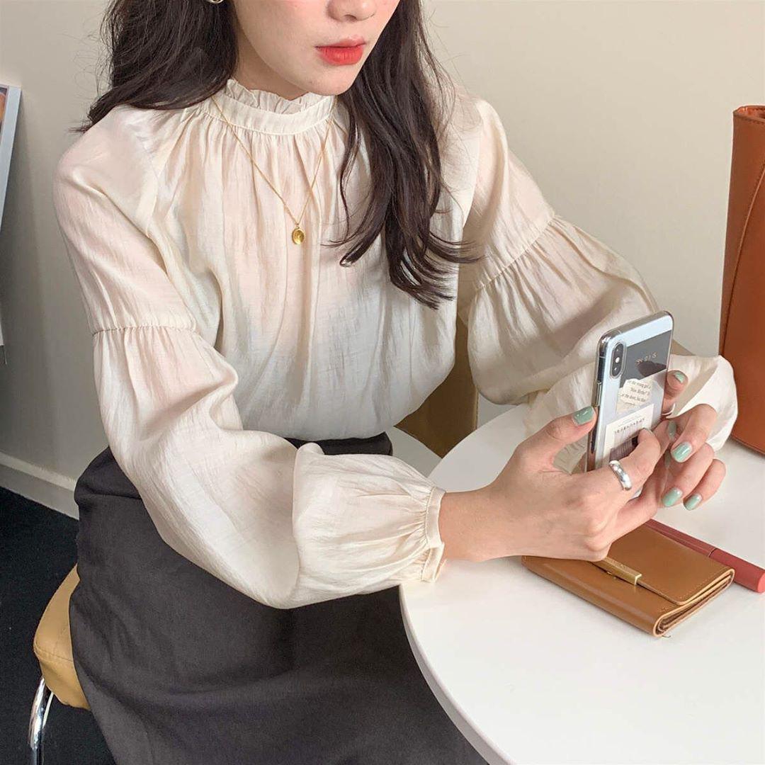 """Cùng diện áo blouse bánh bèo: Lisa """"dừ"""" hơn bình thường, Seo Ye Ji dịu dàng sang chảnh  - Ảnh 9."""