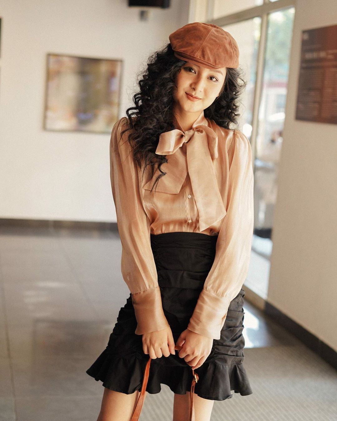 """Cùng diện áo blouse bánh bèo: Lisa """"dừ"""" hơn bình thường, Seo Ye Ji dịu dàng sang chảnh  - Ảnh 15."""