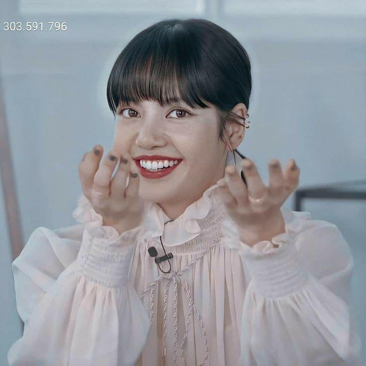 """Cùng diện áo blouse bánh bèo: Lisa """"dừ"""" hơn bình thường, Seo Ye Ji dịu dàng sang chảnh  - Ảnh 3."""