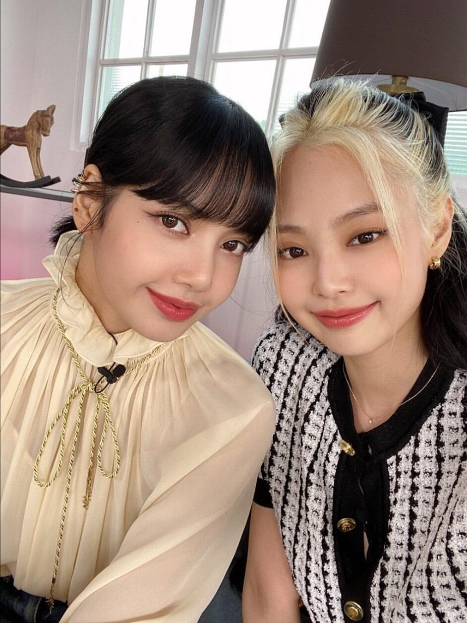 """Cùng diện áo blouse bánh bèo: Lisa """"dừ"""" hơn bình thường, Seo Ye Ji dịu dàng sang chảnh  - Ảnh 2."""