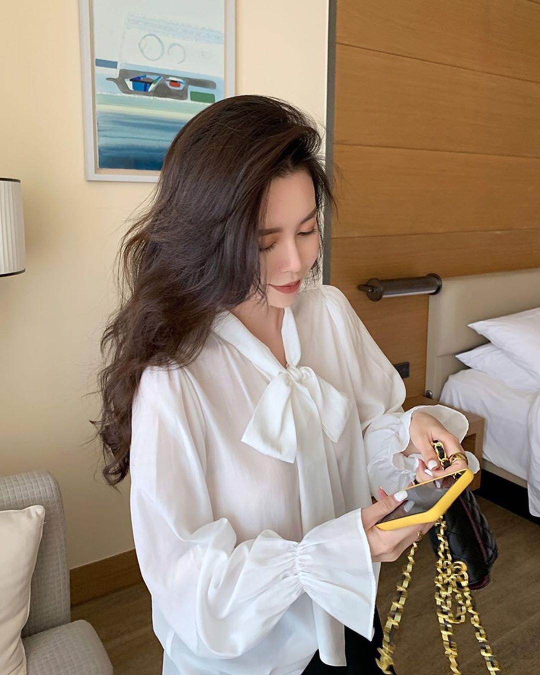 """Cùng diện áo blouse bánh bèo: Lisa """"dừ"""" hơn bình thường, Seo Ye Ji dịu dàng sang chảnh  - Ảnh 13."""
