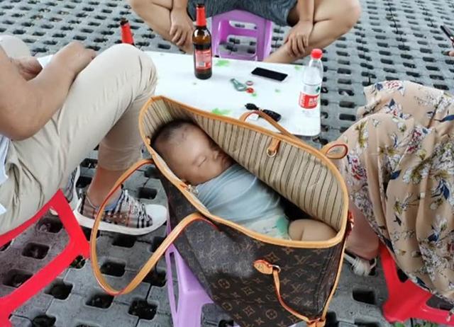 Cặp vợ chồng đưa con ra ngoài chơi, khi nhìn vào chiếc túi xách của người mẹ đặt trên ghế, ai cũng phải lắc đầu ngán ngẩm - Ảnh 1.