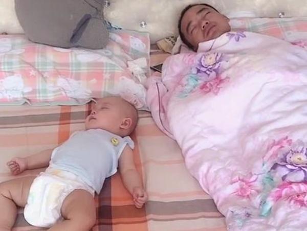"""Người mẹ mỉm cười nhìn cảnh hai bố con ngủ ngon lành, song khi nhìn lên con số ở điều hòa, cô lập tức giận chồng """"tím gan"""" - Ảnh 1."""