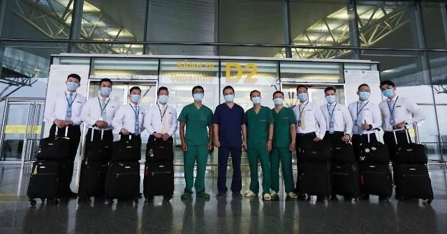 4 y bác sĩ BV Nhiệt đới TW lên đường 'giải cứu' công dân Việt từ Guinea Xích đạo - Ảnh 12.