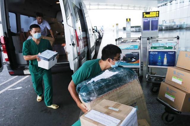 4 y bác sĩ BV Nhiệt đới TW lên đường 'giải cứu' công dân Việt từ Guinea Xích đạo - Ảnh 10.