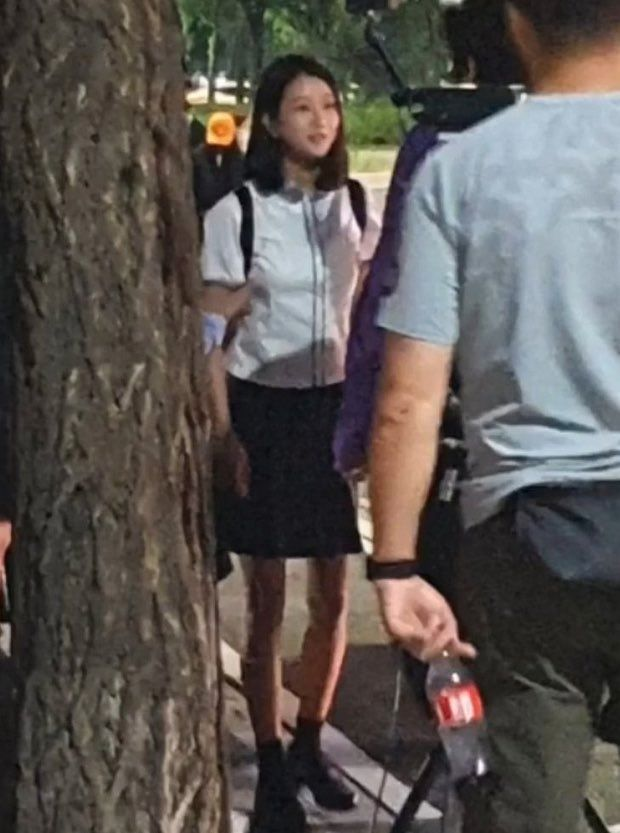 """Seo Ye Ji bị chê """"làm lố"""" khi vào vai nữ sinh mà diện balo hơn 30 triệu nhưng liệu có đáng? - Ảnh 3."""