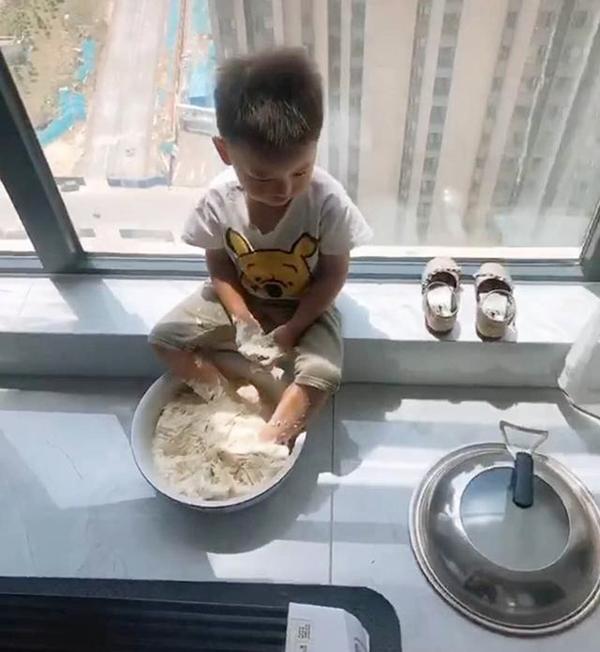 """Mẹ hào hứng chuẩn bị làm món bánh bao, đến khi nhìn thấy """"số phận"""" của bát bột thì cô chỉ còn nước """"tăng xông"""" - Ảnh 1."""