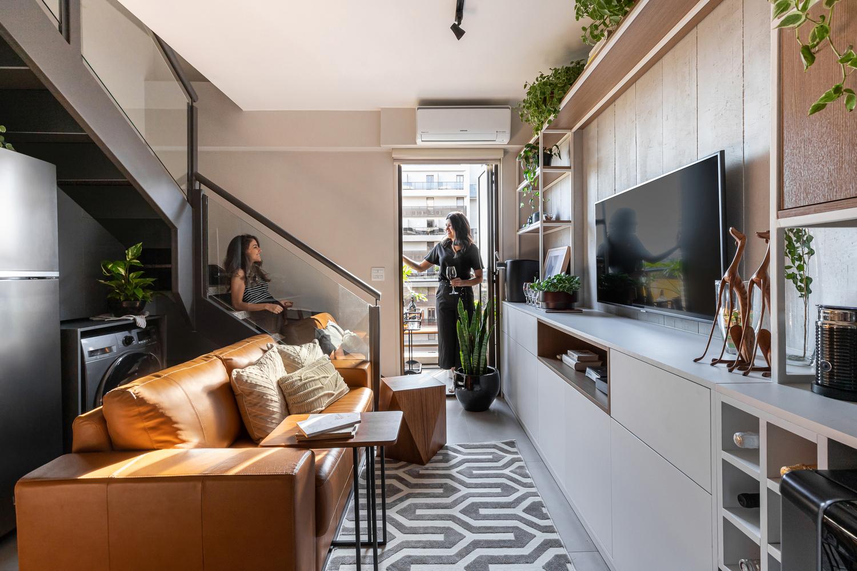 Căn hộ 44m² với tông màu gỗ xám đẹp vượt thời gian ai ngắm cũng mê - Ảnh 1.