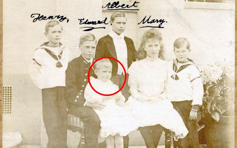 """Vén màn bí mật về """"Hoàng tử mất tích"""" của nước Anh: Chỉ hiện diện đến năm 4 tuổi rồi biến mất không dấu vết, cậu bé có thực sự tồn tại?"""