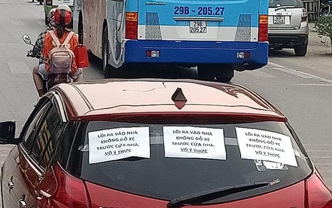 Tài xế hồn nhiên chạy xe trên đường mà không hề hay biết chiếc ô tô bị dán 3 mảnh giấy với nội dung đầy phẫn nộ