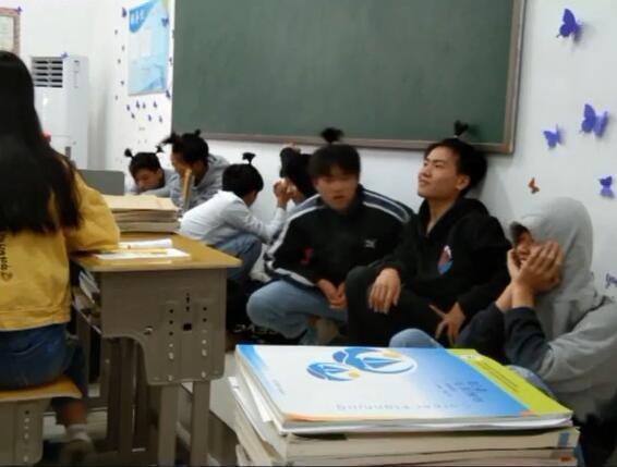 Không làm bài tập tiếng Anh, hội nam sinh bị thầy giáo phạt bá đạo, người ngoài nhìn vào chỉ biết cười lăn lóc - Ảnh 2.