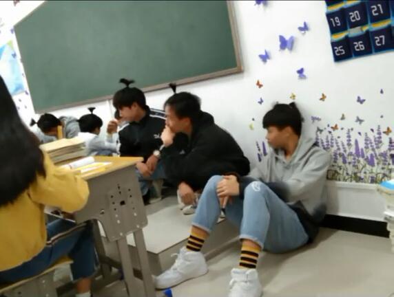 Không làm bài tập tiếng Anh, hội nam sinh bị thầy giáo phạt bá đạo, người ngoài nhìn vào chỉ biết cười lăn lóc - Ảnh 3.