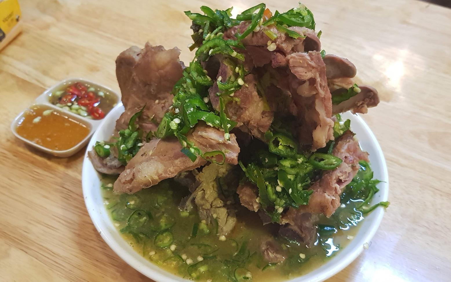 """Dân mạng chê quán ăn tại Hà Nội có món sườn cay khổng lồ phong cách Thái Lan """"đượm mùi tủ lạnh"""", vậy còn thực tế ra sao, liệu có như lời đồn?"""