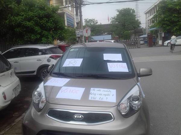 Chiếc xe ô tô bị dán 3 mảnh giấy với nội dung đầy phẫn nộ, tài xế chẳng may may biết, vẫn hồn nhiên chạy xe ra đường - Ảnh 3.