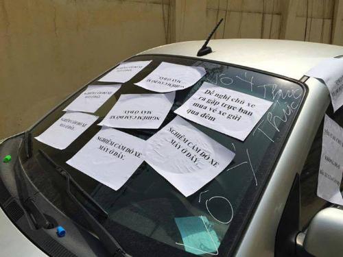 Chiếc xe ô tô bị dán 3 mảnh giấy với nội dung đầy phẫn nộ, tài xế chẳng may may biết, vẫn hồn nhiên chạy xe ra đường - Ảnh 4.