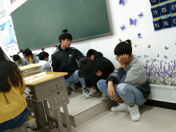 Không làm bài tập tiếng Anh, hội nam sinh bị thầy giáo phạt bá đạo, người ngoài nhìn vào chỉ biết cười lăn lóc - Ảnh 4.