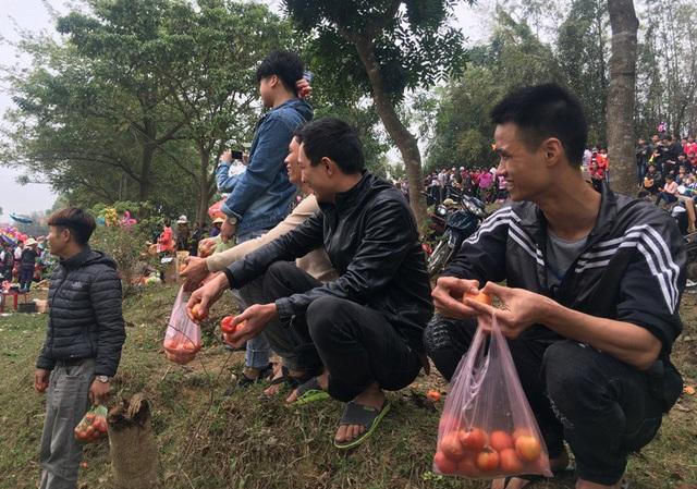 Kỳ lạ phiên chợ 'choảng nhau' bằng cà chua để cầu may - Ảnh 5.
