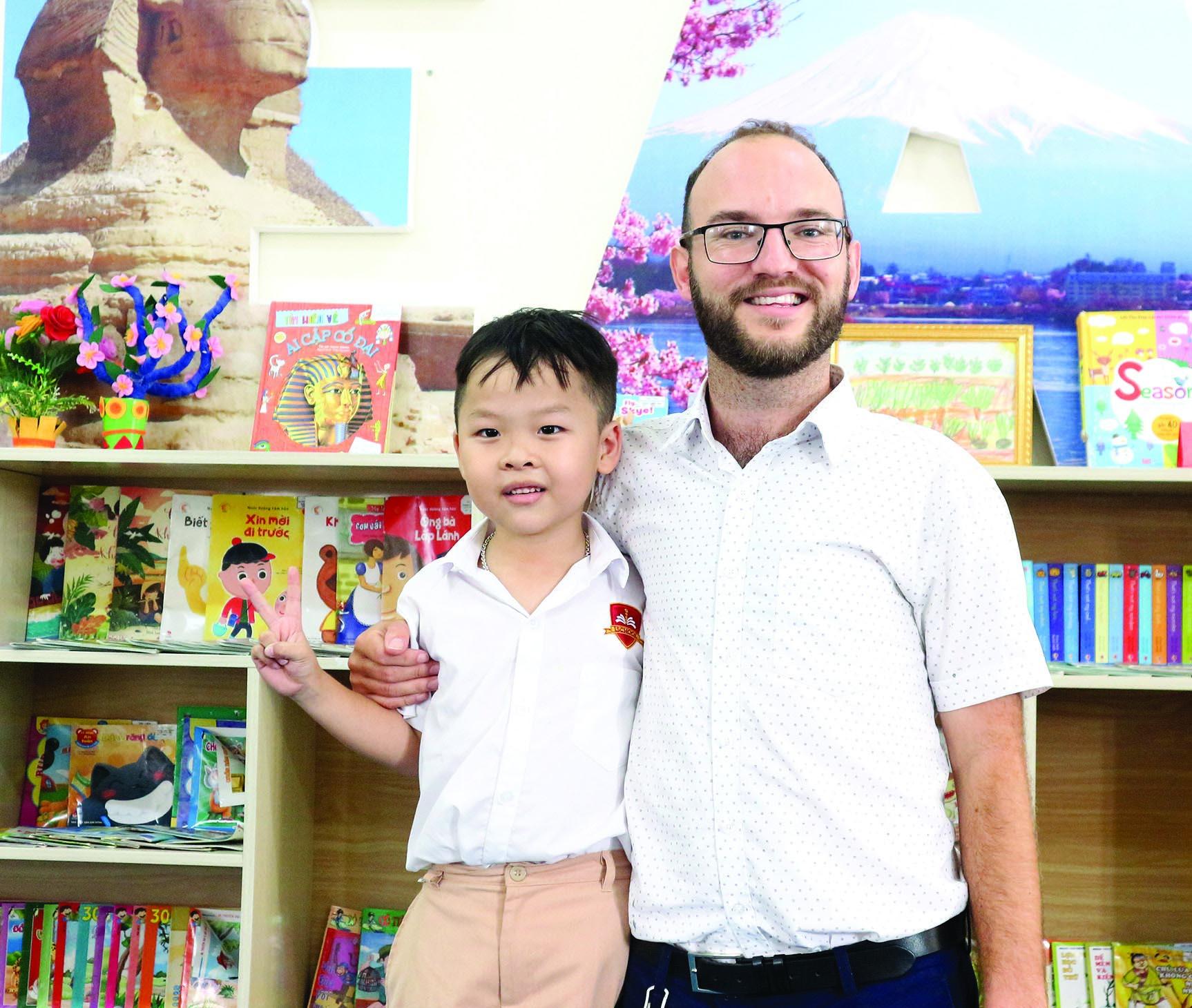 """Hỏi vì sao có thể nói tiếng Anh trôi chảy khi cả gia đình không ai biết, cậu bé 6 tuổi Hà Tĩnh trả lời """"tỉnh bơ"""", ai cũng phải bật cười - Ảnh 3."""