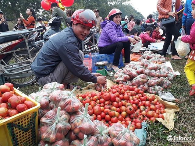 Kỳ lạ phiên chợ 'choảng nhau' bằng cà chua để cầu may - Ảnh 2.