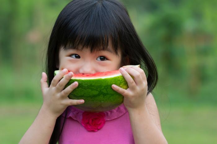 Bé gái 5 tuổi nhập viện vì miếng dưa hấu để trong tủ lạnh, khuyến cáo 4 loại hoa quả càng bảo quản lâu càng mất vị, biến chất rất nhanh - Ảnh 1.