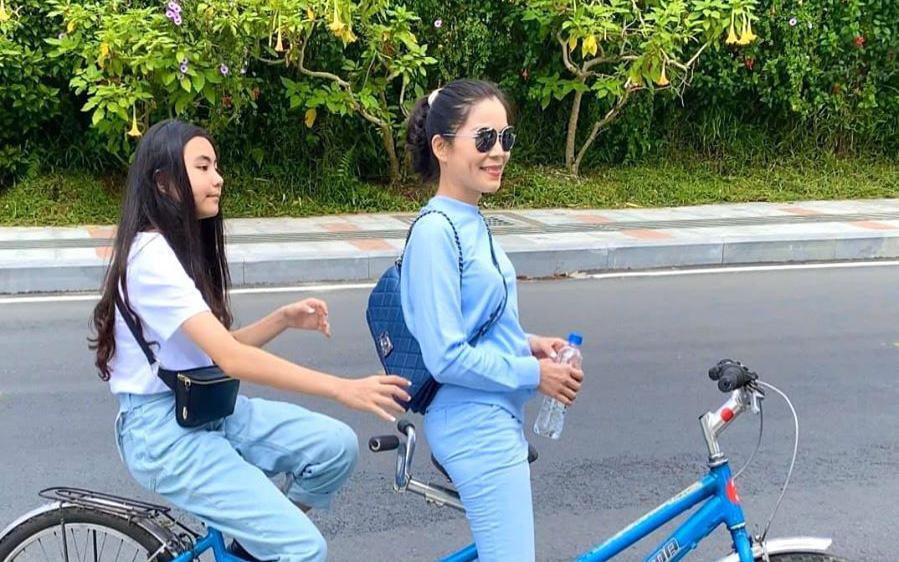 """Bà xã Quyền Linh khoe ảnh đi nghỉ """"bí mật"""" ở Đà Lạt, ai cũng nhầm tưởng hot mom U50 là con gái Lọ Lem vì ngoại hình quá trẻ trung"""