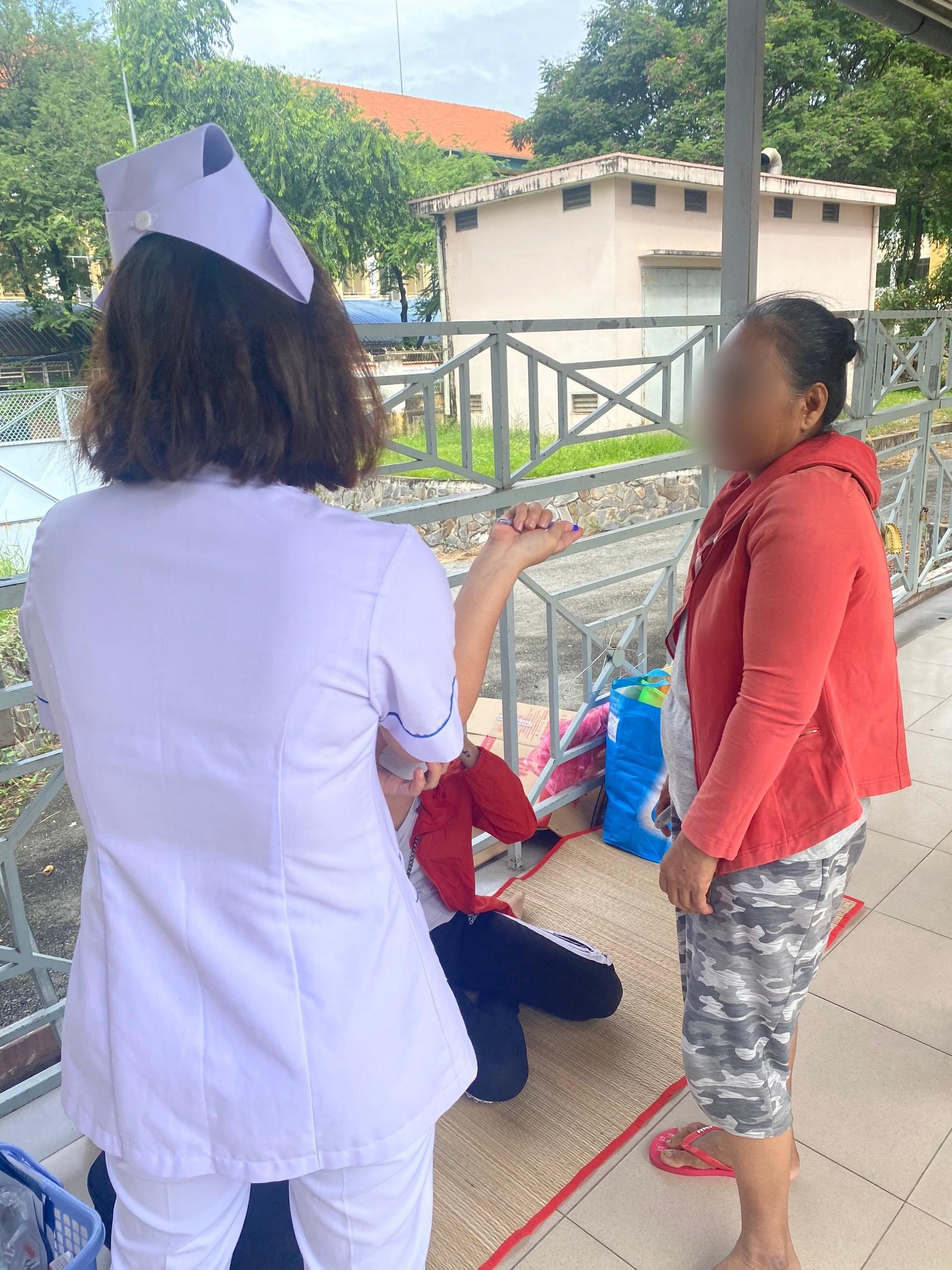 Đau xót lời kể bà ngoại bé trai 9 tuổi nghi bị mẹ ruột dùng kéo đâm thủng tim ở TP.HCM - Ảnh 7.