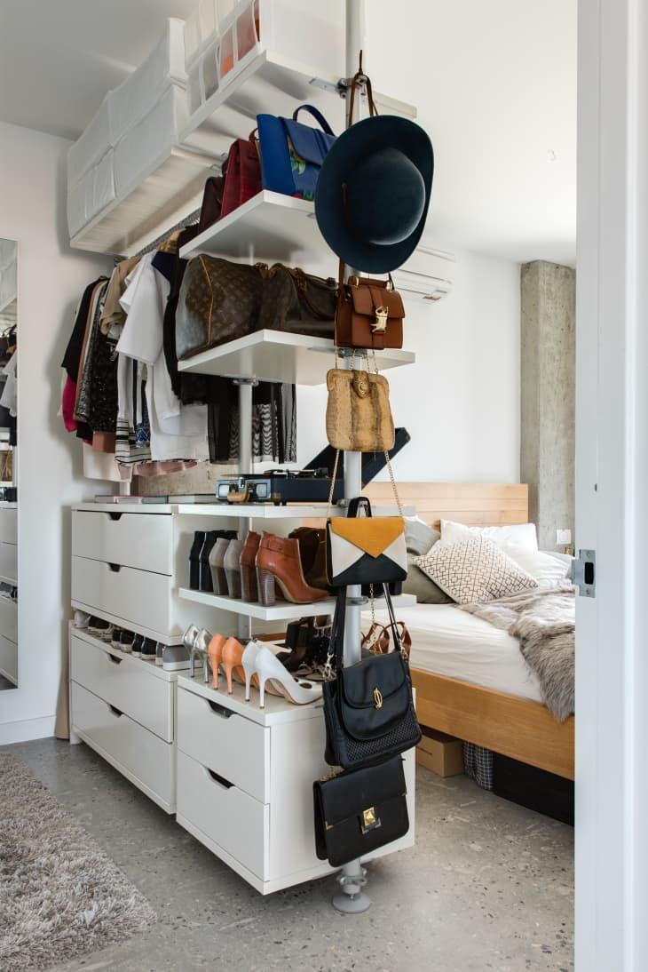 Giải pháp lưu trữ quần áo dành cho 2 người khi ở chung phòng - Ảnh 2.