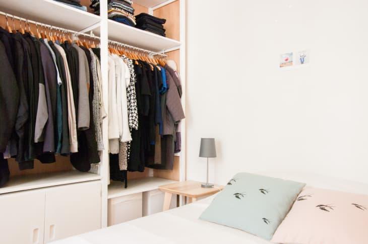 Giải pháp lưu trữ quần áo dành cho 2 người khi ở chung phòng - Ảnh 3.